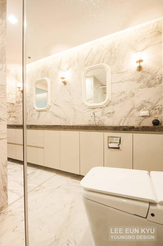 파우더와 함께 있는 욕실: 영보디자인  YOUNGBO DESIGN의  욕실