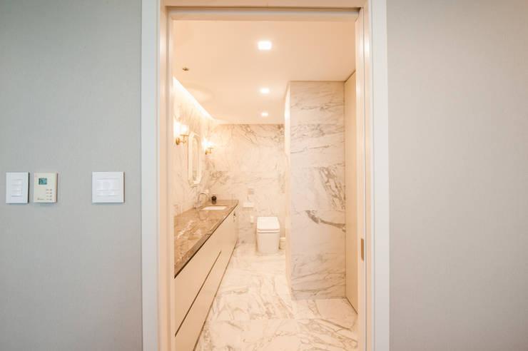 마스터 욕실: 영보디자인  YOUNGBO DESIGN의  욕실