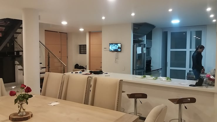 Sala da pranzo in stile  di Construcciones Cubicar S.A.S,