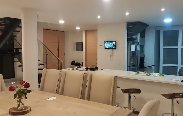 Dining room by Construcciones Cubicar S.A.S