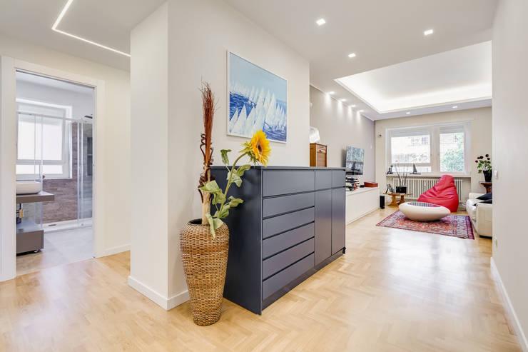 Farnesina | minimal design: Ingresso & Corridoio in stile  di EF_Archidesign