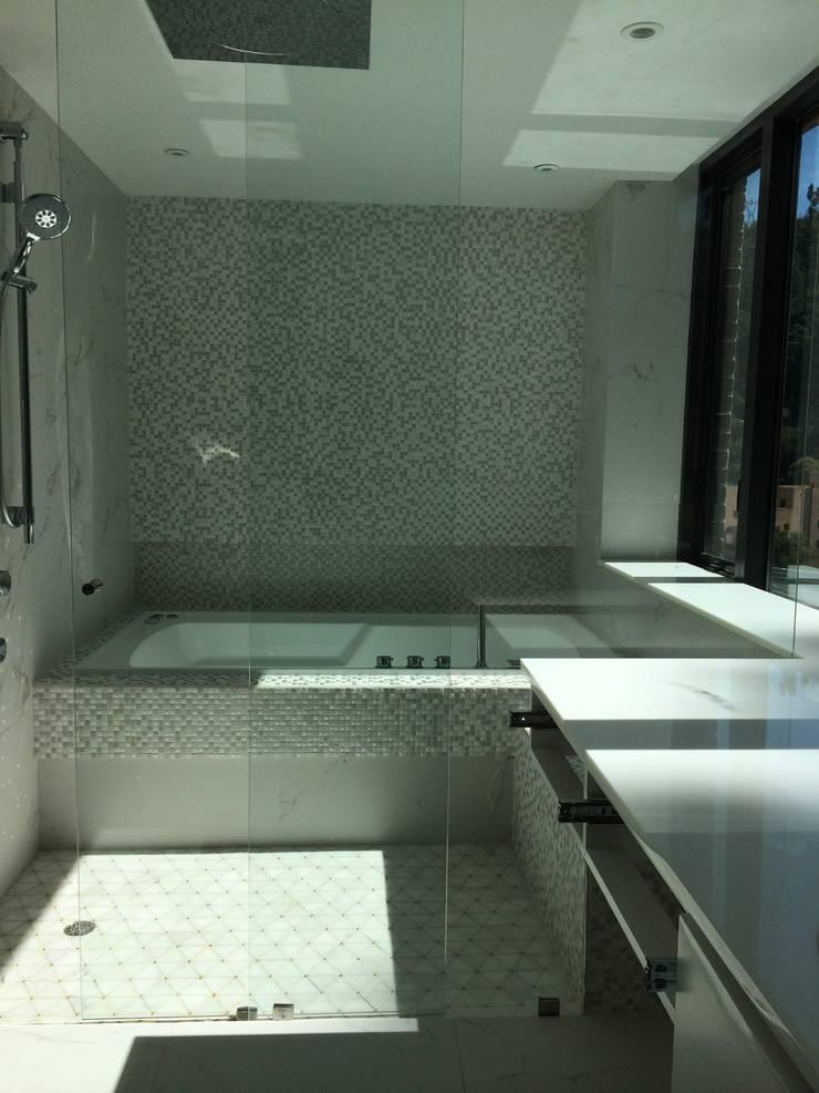 Baño social: Baños de estilo moderno por Ecologik
