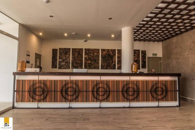 Front Desk: Hoteles de estilo  por FRANCO CACERES / Arquitectos & Asociados