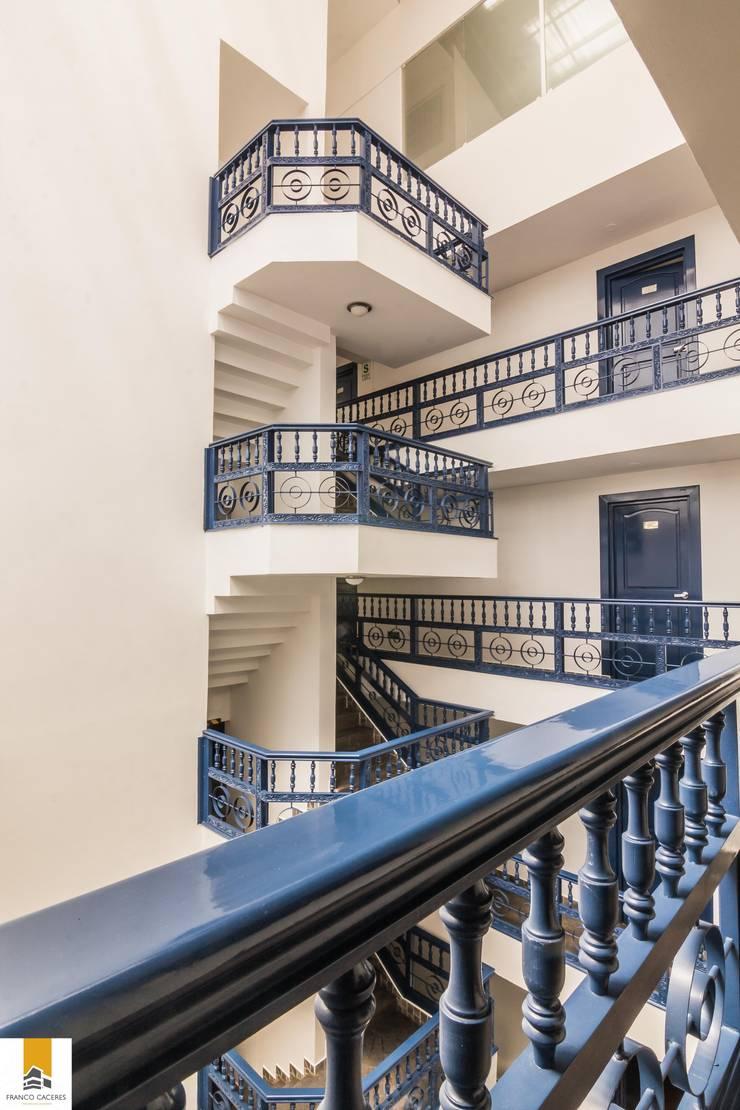 Escaleras: Hoteles de estilo  por FRANCO CACERES / Arquitectos & Asociados