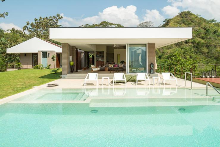 Hồ bơi by toroposada arquitectos sas