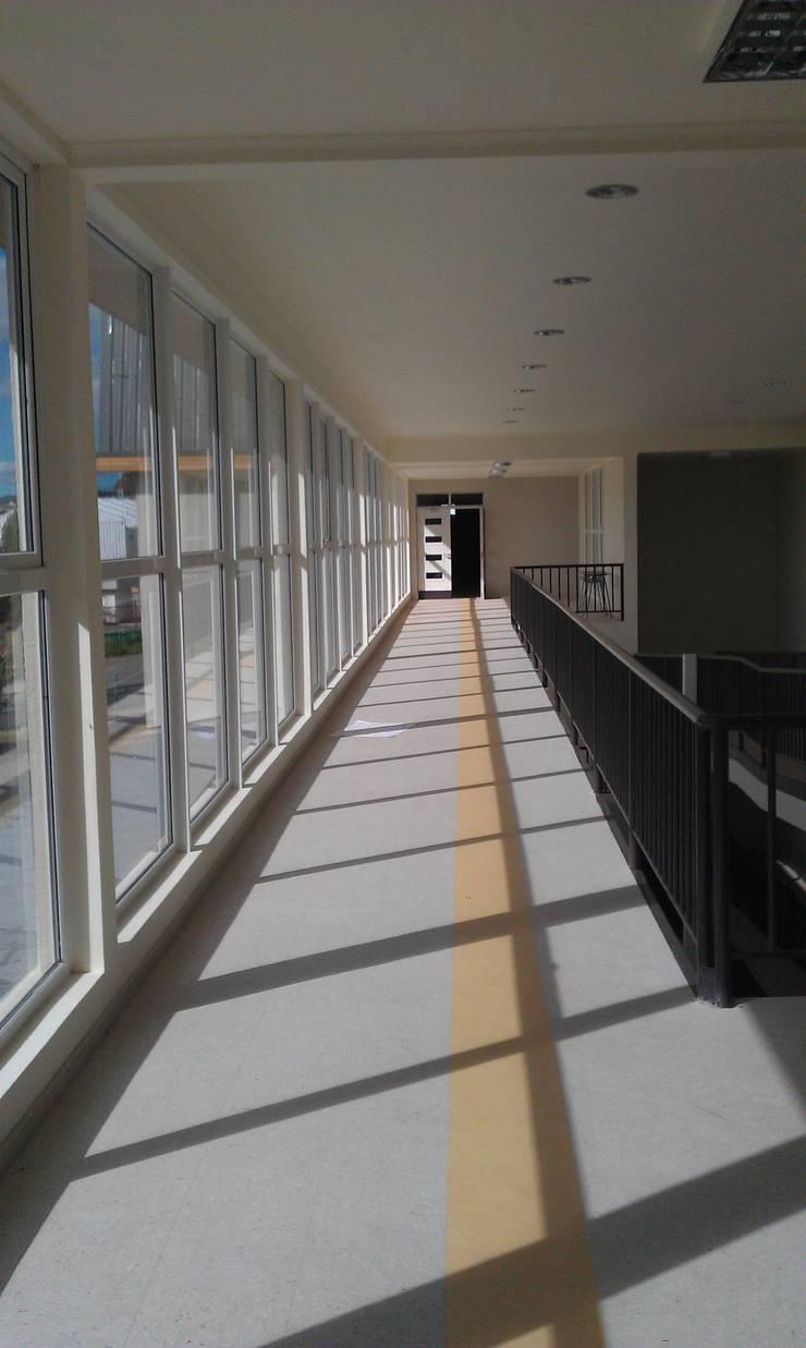 DISEÑO DE COLEGIO EN COYHAIQUE: Escuelas de estilo  por Dušan Marinković - Arquitectura - Santiago