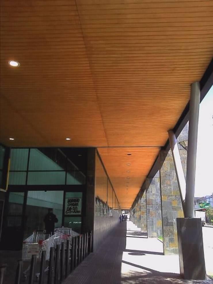 DISEÑO DE SUPERMERCADO EN COYHAIQUE: Espacios comerciales de estilo  por Dušan Marinković - Arquitectura - Santiago