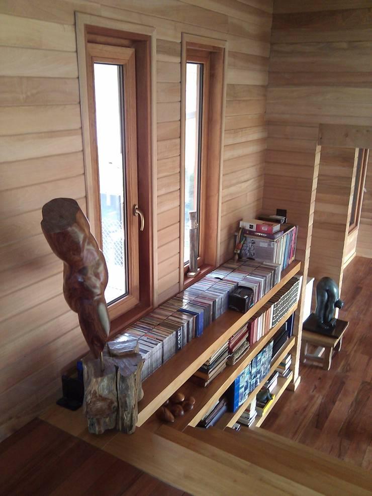 DISEÑO DE CASA EN COYHAIQUE: Estudios y biblioteca de estilo  por Dušan Marinković - Arquitectura - Santiago