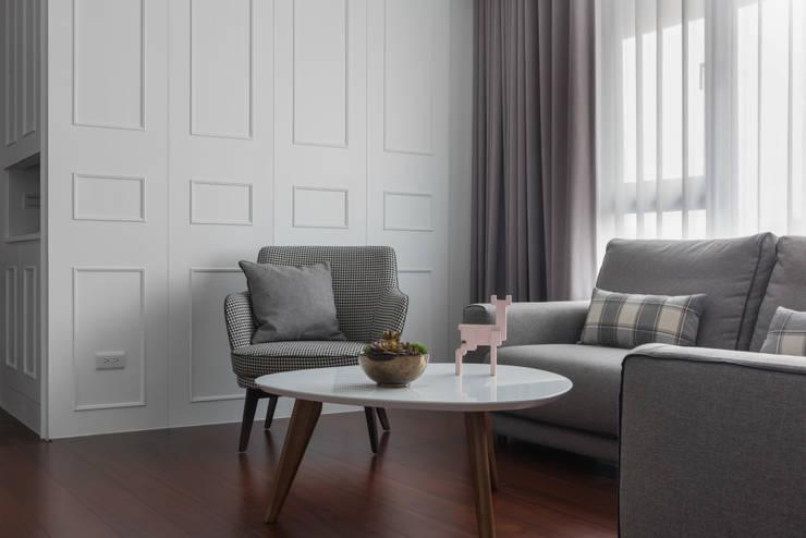 白色偏執 The White:  客廳 by Glocal Architecture Office (G.A.O) 吳宗憲建築師事務所/安藤國際室內裝修工程有限公司