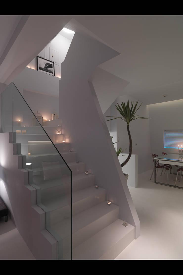 Pasillos, halls y escaleras minimalistas de 邑法室內裝修設計有限公司 Minimalista