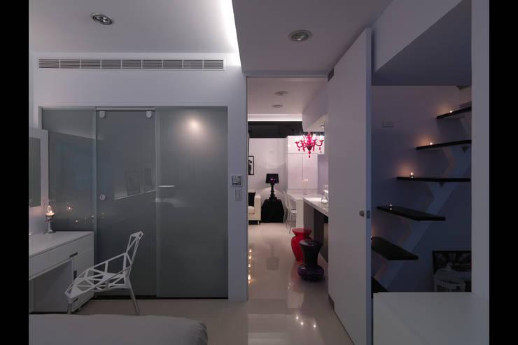 中和張宅:  臥室 by 邑法室內裝修設計有限公司