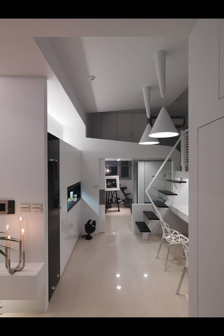 中和張宅:  走廊 & 玄關 by 邑法室內裝修設計有限公司