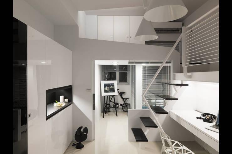 中和張宅:  書房/辦公室 by 邑法室內裝修設計有限公司