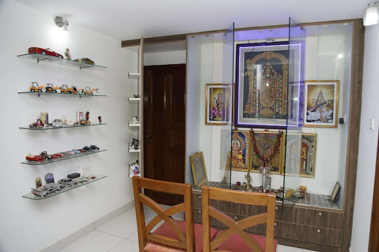 Pooja Temple For Home In Bangalore:  Living room by Scale Inch Pvt. Ltd.