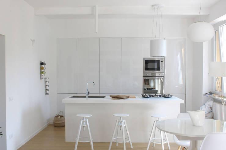 Cucina Isola: Cucina in stile in stile Moderno di redesign lab