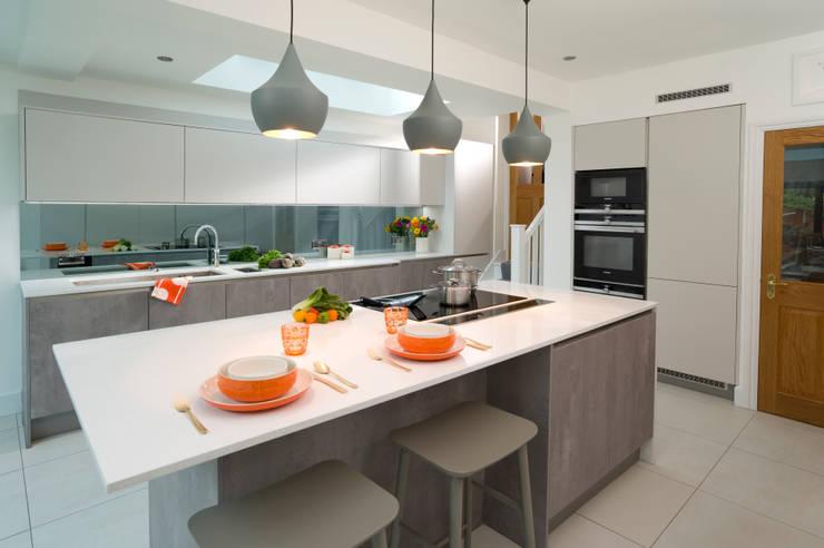Urban Theme Concrete & Taupe Handleless Kitchen:  Kitchen by Urban Myth