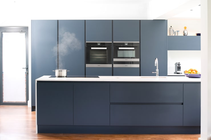 Pedini Arkè in Blue Night and Elm:  Kitchen by Urban Myth