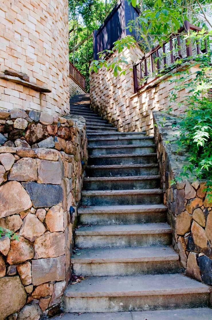 Pasillos y vestíbulos de estilo  por CABRAL Arquitetos, Rústico Piedra