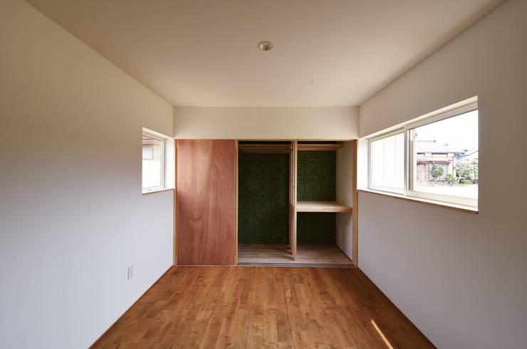 アウトドアが日常になる中庭を囲む家: 加藤淳一級建築士事務所が手掛けた寝室です。