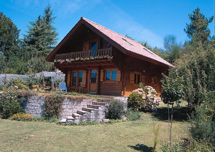 Деревянные дома в . Автор – Rusticasa, Рустикальный Твердая древесина Многоцветный