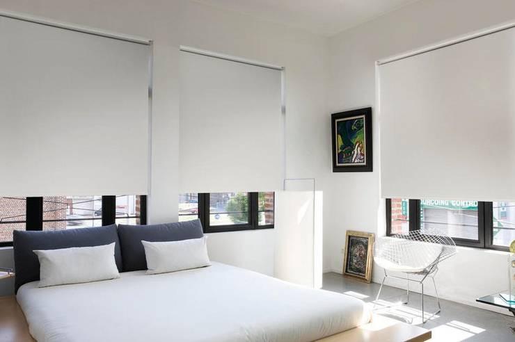 Enrollables en Blackout : Dormitorios de estilo  por Cortinas y Persianas Decora