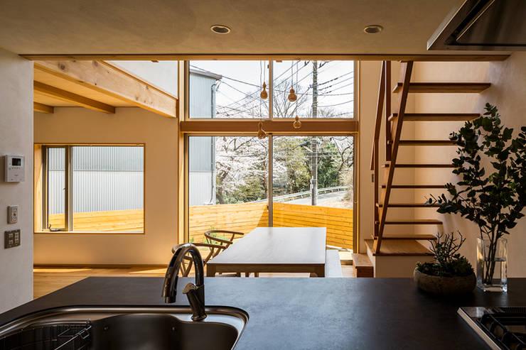 Salones de estilo  de 中山大輔建築設計事務所/Nakayama Architects,