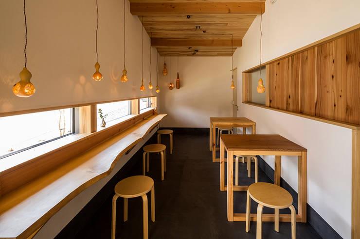 Comedores de estilo  de 中山大輔建築設計事務所/Nakayama Architects,