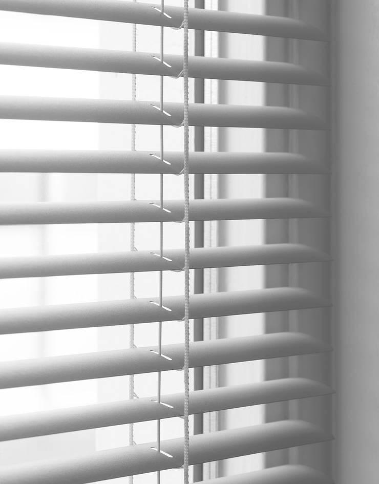 Persianas en Aluminio: Puertas y ventanas de estilo clásico por ABC Decoración Torres & Jiménez Ltda.