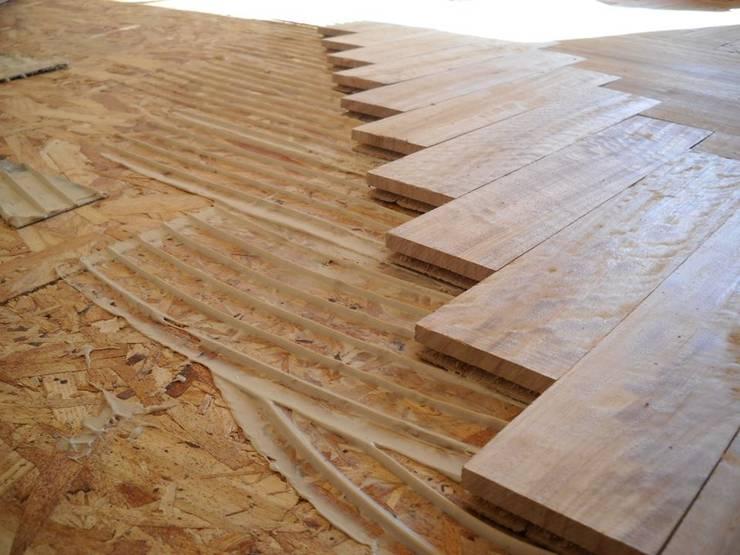 Pisos en Madera: Paredes y suelos de estilo  por ABC Decoración Torres & Jiménez Ltda.