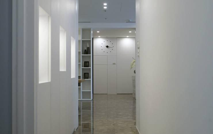 Simple DECO 簡約不簡單:  走廊 & 玄關 by 構築設計