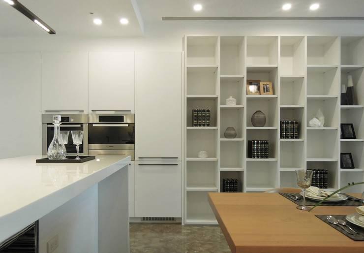 Simple DECO 簡約不簡單:  餐廳 by 構築設計