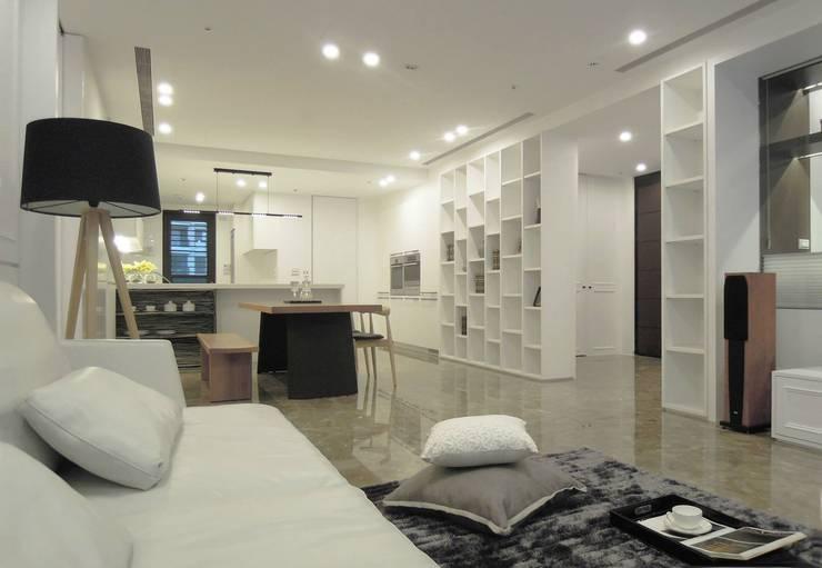 Simple DECO 簡約不簡單:  客廳 by 構築設計