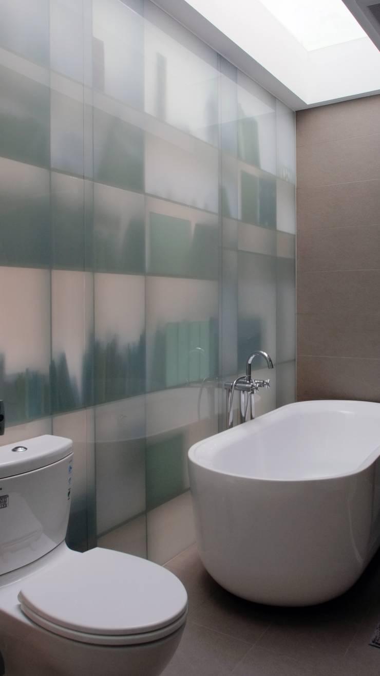 House toward Sky 鍾宅:  浴室 by 構築設計