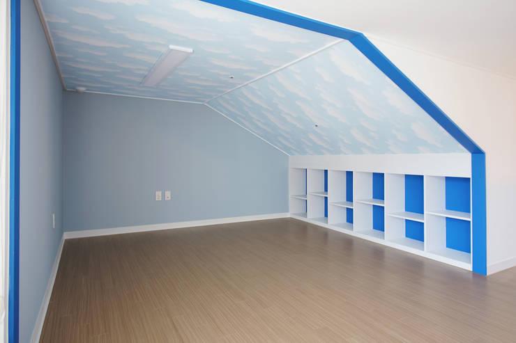 아이들을 위한 33평 복층 아파트: 더어반인테리어의  거실,