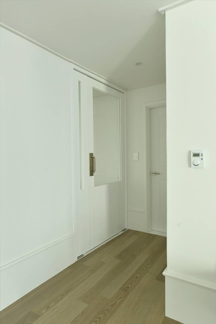 Pasillos y vestíbulos de estilo  de 알렉스, Moderno