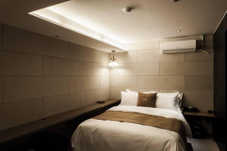 방이동 호텔 라세르: 윤홍디자인의  침실