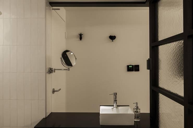 방이동 호텔 라세르: 윤홍디자인의  욕실
