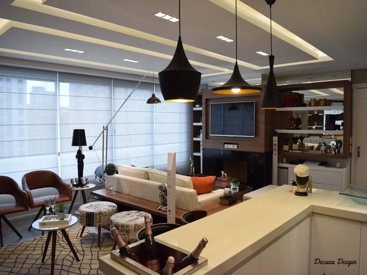Contemporaneidade e Integração de Espaços na Sala de Estar: Sala de estar  por DecaZa Design