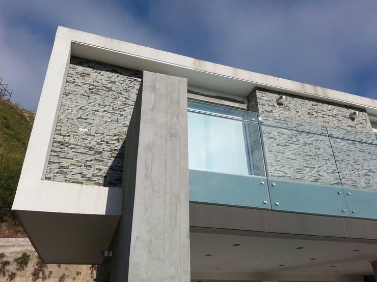 Fachada Posterior: Casas de estilo  por MARATEA Estudio