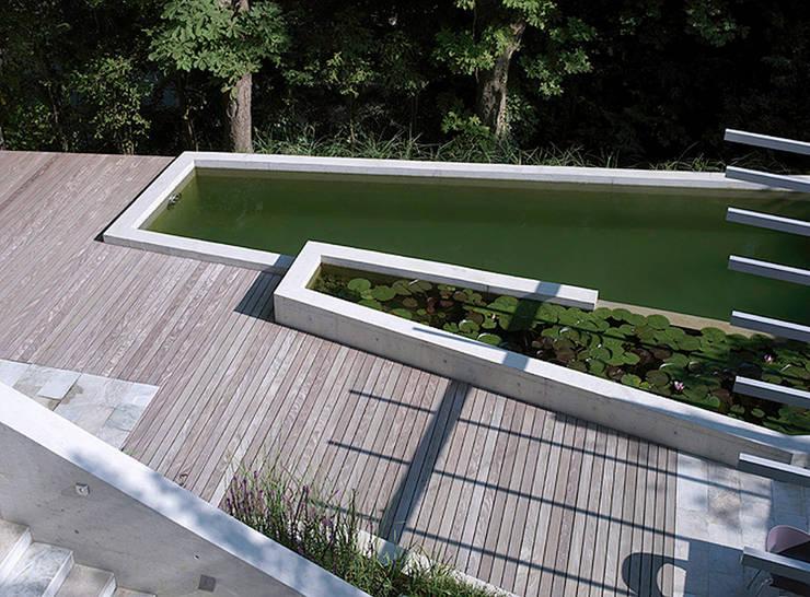 POOL als Pièce Maitresse der Aussengestaltung :  Terrasse von Ecologic City Garden - Paul Marie Creation,Modern