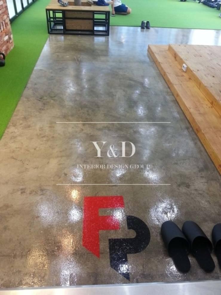 메인룸 바닥: 와이앤디자인의  피트니스