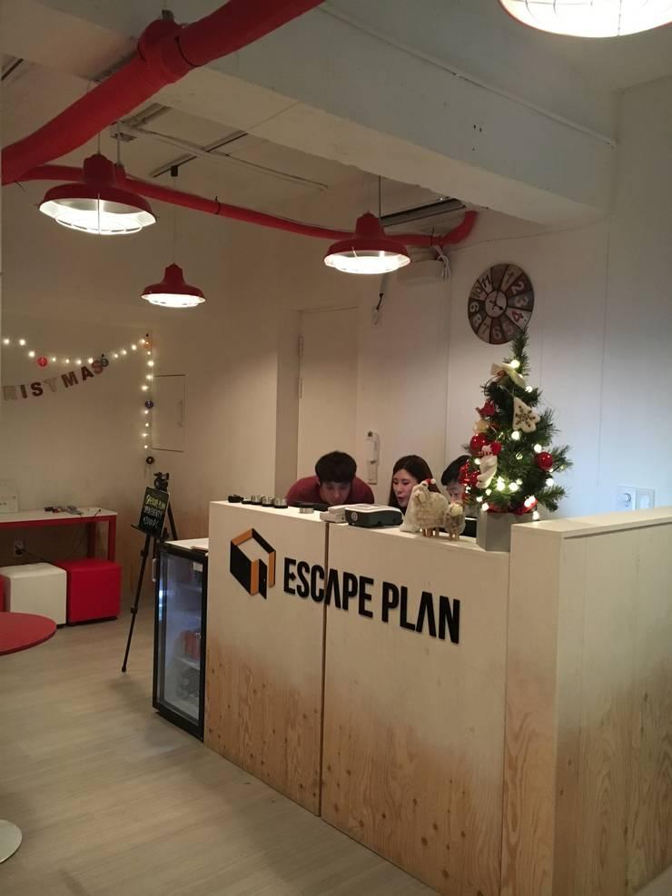 ESCAPE PLAN 방탈출카페 인테리어 : Design Partner Blue box의  상업 공간