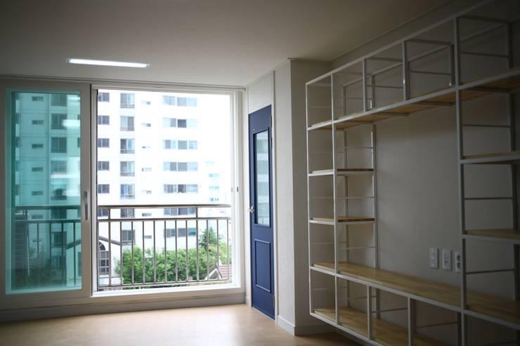 거실인테리어: 디자인모리의  거실