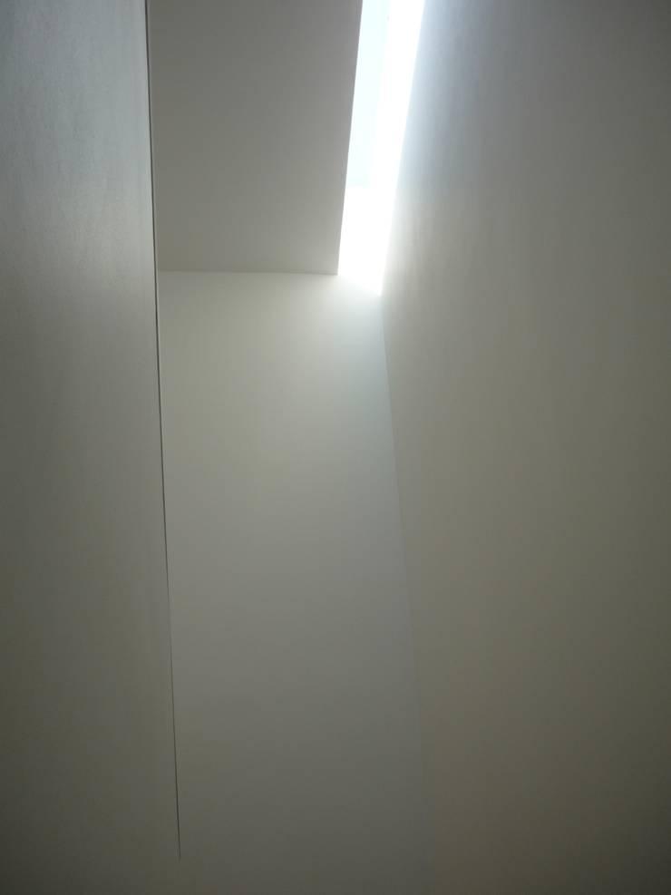 Casa Infanti : Pasillos y hall de entrada de estilo  por Claudia Tidy Arquitectura