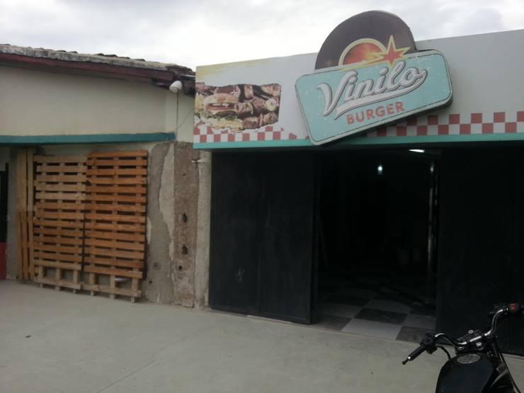 Fachada en Construccion: Restaurantes de estilo  por Arq. Alberto Quero