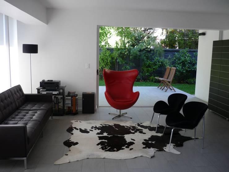 Casa Infanti: Livings de estilo  por Claudia Tidy Arquitectura