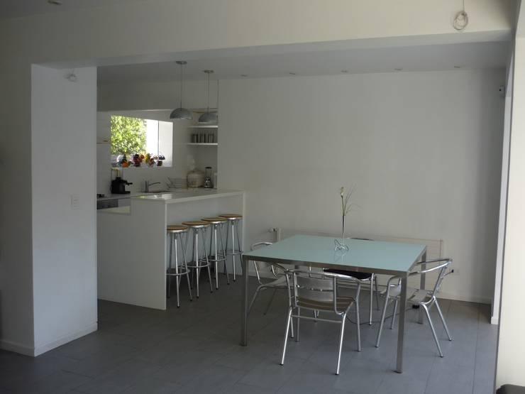 Casa Infanti: Comedores de estilo  por Claudia Tidy Arquitectura