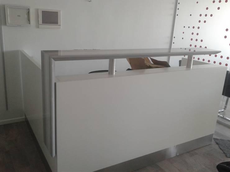 Mostrador con acabado en laca blanca semimate tapa de marmol y detalles de acero: Oficinas y locales comerciales de estilo  por Flag equipamientos