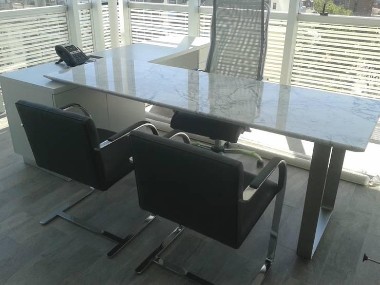escritorio en laca blanca tapa de marmol y base de  acero: Oficinas y locales comerciales de estilo  por Flag equipamientos
