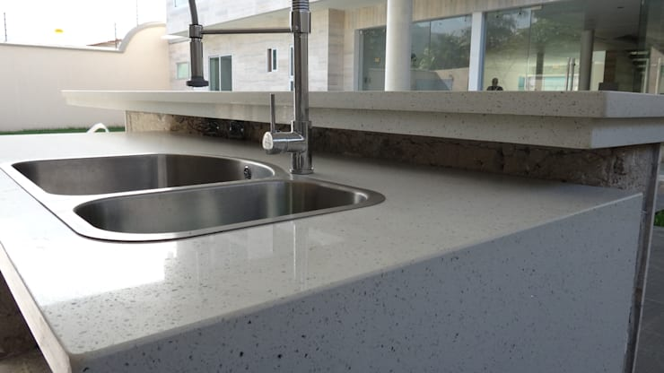 Topes en Cuarzo Blanco Diamante: Cocinas de estilo  por Revestimientos La Cantera c.a.